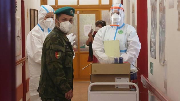 Diakonie v Krabčicích má několik nakažených klientů a požádala o pomoc armádu, aby otestovala zbytek domova. Po osmé hodině ráno dorazil vojenský sanitní vůz ze Žatce.