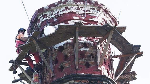 DO SPRÁVY PAMÁTNÍKU patří i komín bývalé vápenky a později krematoria nacistického koncentračního tábora Litoměřice. Každých deset let prochází revizí a opravami. Řemeslníci na něm nyní provádějí vyspárování zdiva a nátěr kovových konstrukcí.