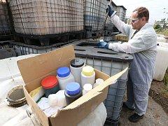 Práce na likvidaci nebezpečných odpadů v lovosické olejně