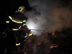 Tři hasičské jednotky vyjely v noci na pátek k požáru v chatové osadě Dubičná u Úštěku.