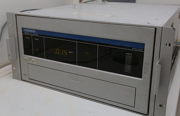 Analyzátory a záznamové zařízení pro měření imisí oxidů dusíku a suspendovaných částic polétavého prachu.