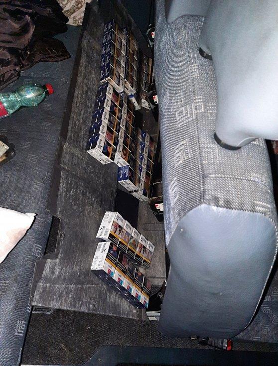 Celníci našli v dodávce na dálnici D8 schované pašované cigarety.