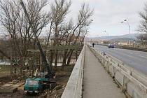 Lidé budou moci přejít Tyršův most po provizorní lávce.