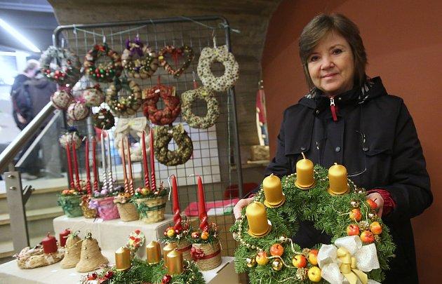Tradiční vánoční jarmark v gotickém hradu.