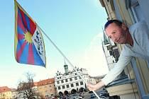 Na litoměřické radnici vlaje tibetská vlajka. Zaměstnanec úřadu Pavel Řídel jí vyvěsil v pátek odpoledne.