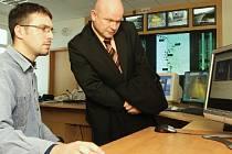 Policisté dálniční policie v Řehlovicích představili zástupcům města Lovosice systém měření úsekové rychlosti. Na snímku je lovosický místostarosta Vladimír John, který spolu s policistou sleduje pohyb měřených vozidel.
