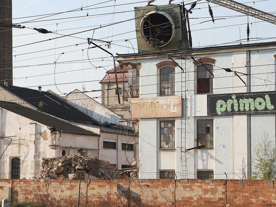 ZNIČENÝ AREÁL OLEJNY. Bývalá továrna STZ Lovosice v centru města je předmětem dohadů.