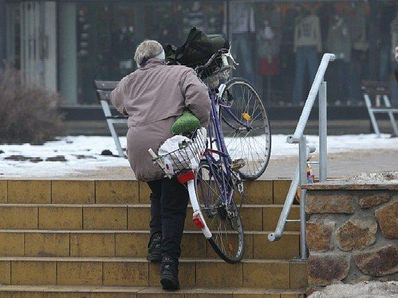 Bezbariérový přístup pro cyklisty, vozíčkáře a maminky s kočárky byl také zrekonstruován. Je jen pár metrů od schodiště.