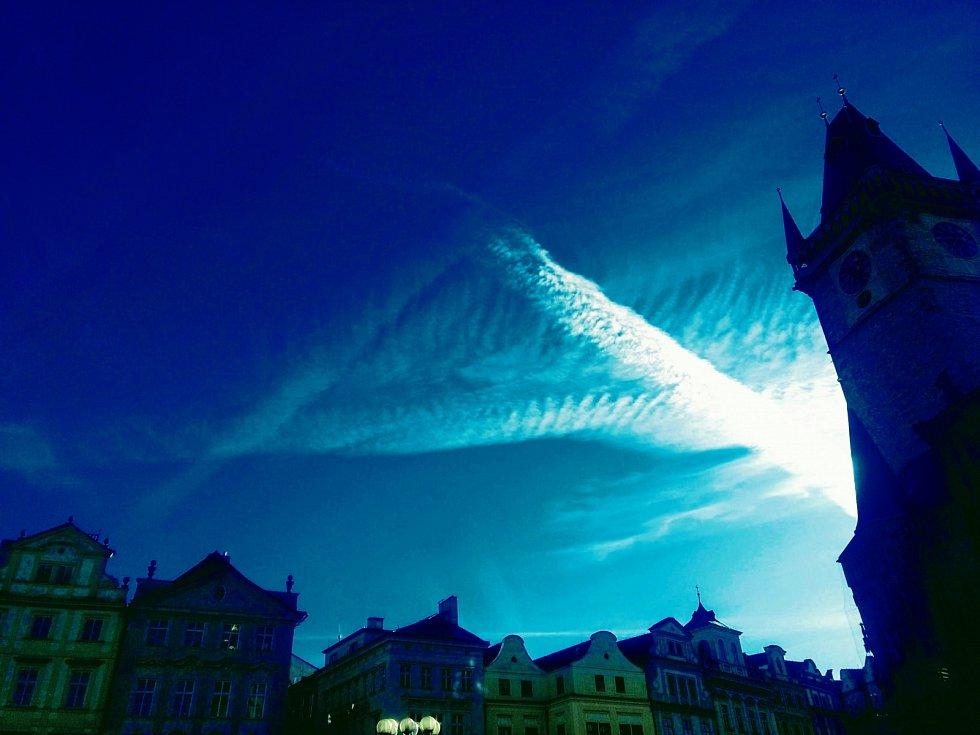 Pyramida z tzv. kondenzačních čar vedle Staroměstské radnice v Praze (zvýrazněné barvy).