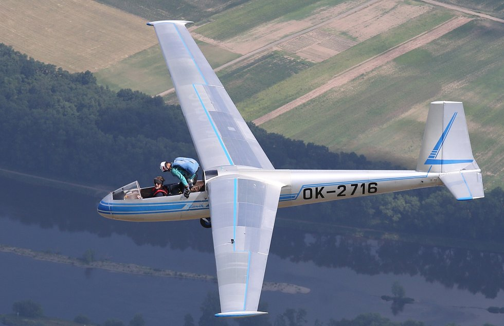 Možnost pořídit si unikátní fotografie parašutisty skákajícího z křídla větroně Blaník ve výšce 800 metru měl fotograf Litoměřického Deníku ve středu 21.6. dopoledne. Tato ukázka proběhne jako součást hlavního programu Memoriál air show.