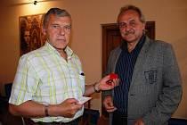 Za osmdesát odběrů krve předal Zlatý kříž Petru Kodešovi z Litoměřic starosta města Ladislav Chlupáč.
