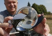Již historický měřič délky slunečního svitu, který ale stále při měření používají. Další aktuální přístroj na meteorologické zahrádce je měřič odparu  povrchové vody.