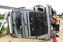 Převrácený kamion na dálnici D8 u Roudnice.