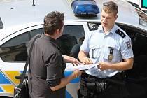 POLICISTÉ prodejce svědomitě kontrolují. Naposledy na Mírovém náměstí v Litoměřicích. Pokud se objeví stížnosti obyvatel města, mohou pouliční prodejce z místa jejich působení i vykázat.
