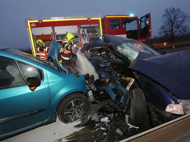 K vážné dopravní nehodě došlo ve čtvrtek v  půl sedmé ráno v Lovosicích na silnici 1/15 poblíž hasičské stanice.