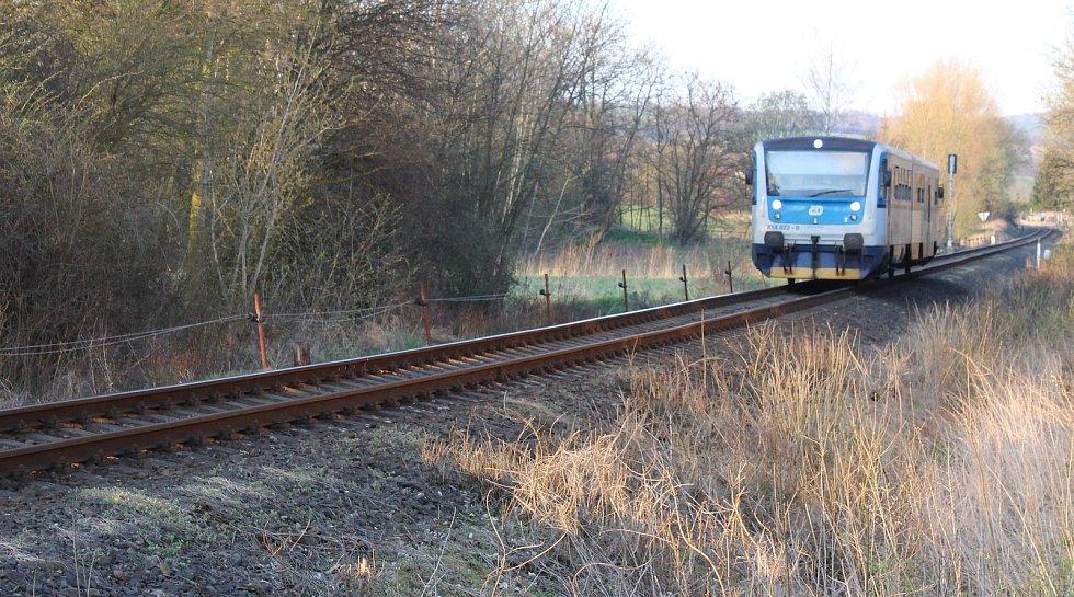 Stávající žluté a modré Regionovy na trati mezi Českou Lípou a Postoloprty.