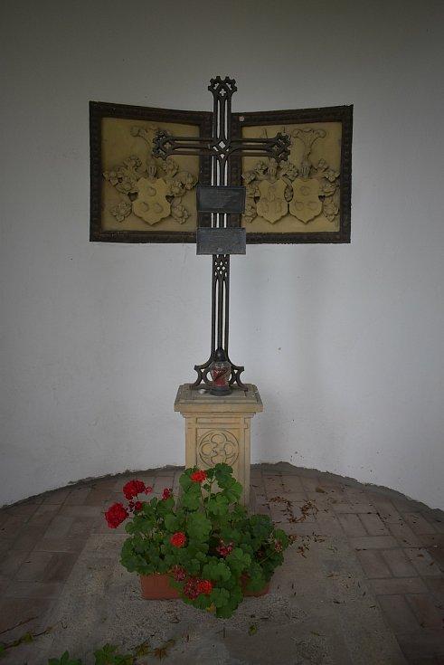V Třebívlicích má slavná baronka hrobku.