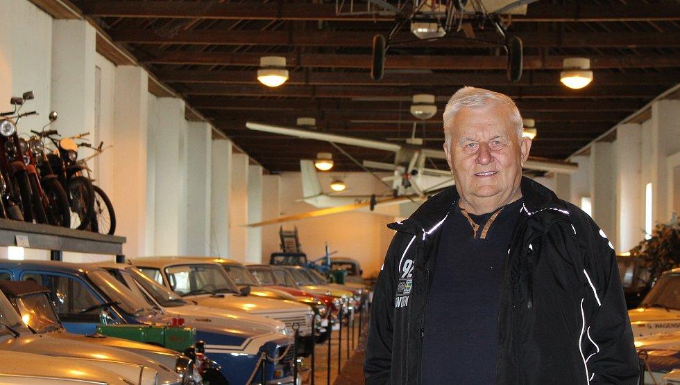 Více než stovku exponátů v podobě automobilů, motocyklů nebo i nákladních a užitkových vozů především z dob socialismu mohou spatřit návštěvníci Automuzea v Terezíně. Na snímku je majitel Vratislav Tomášek.