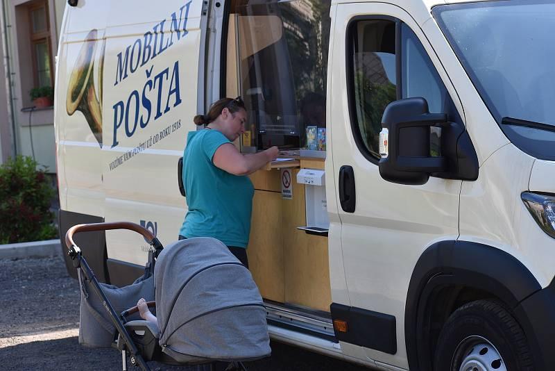 Mobilní pošta zajíždí do vesnic na Litoměřicku.