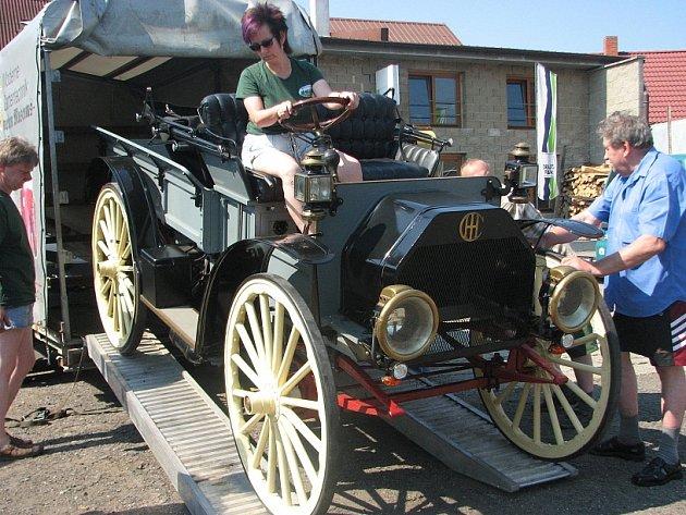3. ročník srazu přátel stabilních motorů a historických traktorů ve Chvalíně.