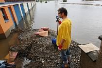 Úklid po povodni v areálu Pod Lipou v Roudnici