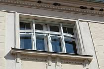 Okna Kulturního domu U Tří lip v Libochovicích procházejí renovací.