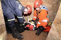 Nalezení a vyproštění člověka ze závalu v prostorách terezínských podzemních chodeb cvičila jednotka profesionálních hasičů z Litoměřic.