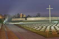 Osvícený Národní hřbitov v Terezíně.