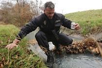 VODA V MODLE byla zakalená a zapáchala. VODA V MODLE byla zakalená a zapáchala. Třebenický strážník Tomáš Rotbauer na místě odebral vzorek.