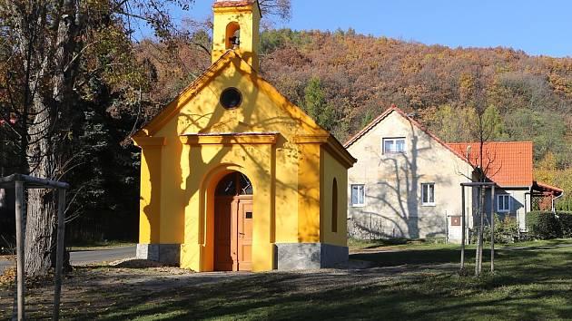 KAPLIČKA na návsi ve Lhotě na Třebenicku září novotou. Opravy stály téměř půl milionu.