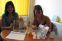 PRACOVNÍ KONZULTANTKY Agentury podporovaného zaměstnávání pomohly už mnoha postiženým lidem nalézt možnost seberealizace prací v různých profesích. Lenka Sovová (vlevo) a Jana Matoušková (vpravo) ukazují, kolika lidem Agentura pomohla nalézt práci.
