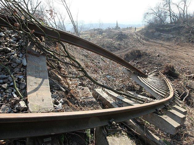 TRAŤ mezi  Řetenicemi a Lovosicemi poškodil v roce 2013 sesuv půdy. Vlakovou dopravu nahradily autobusy.