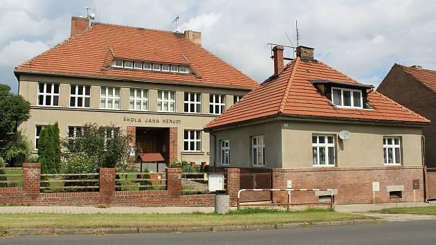 Budova Základní školy v Bechlíně z roku 1927 disponuje pouze první stupněm.