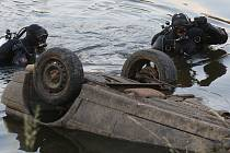V Hrobcích na Litoměřicku našly děti při koupání v Labi utopené auto.