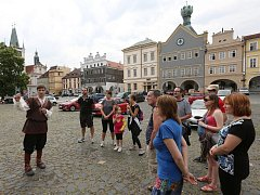 DOBOVÝ PRŮVODCE bude v Litoměřicích celé léto provázet zájemce městem a jeho historií. Kostýmované prohlídky každý čtvrtek přiblíží účastníkům život ve městě za vlády Karla IV.