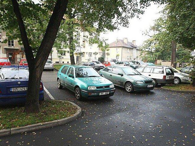 Složitá parkovací situace v lovosické ulici Osvoboditelů.