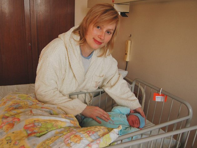 Maminka Iva Svobodová s prvním miminkem na Litoměřicku v roce 2008.