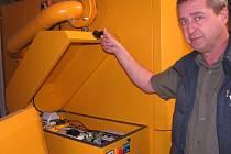 CENTRÁLNÍ VYTÁPĚNÍ Račic zajistí dvě kotelny spalující štěpku. Větší z nich má pět jednotek, každá je vybavena řídicí jednotkou, kterou na snímku ukazuje starosta Jaromír Maleček.