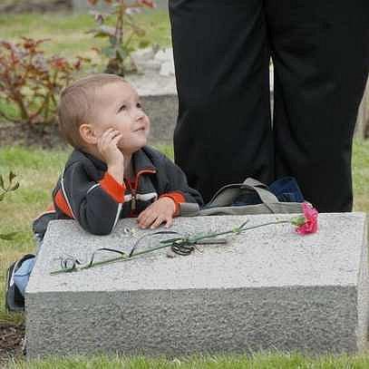 Kytice na hroby pokládaly i děti
