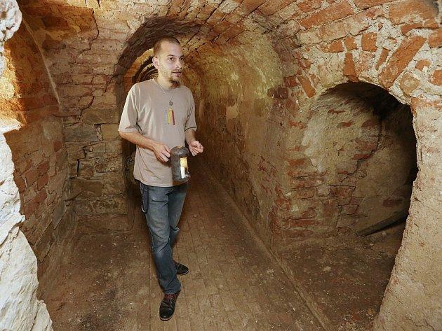 V PRVNÍ PROHLÍDKOVÉ TRASE v okolí rekonstruovaného pevnostního objektu Retranchement  2 si návštěvník může vybrat Muzeum Terezín, strážnici u Litoměřické brány nebo i obranné postavení v podzemí. Vše nám s odborným výkladem ukázal Jiří Hofman.