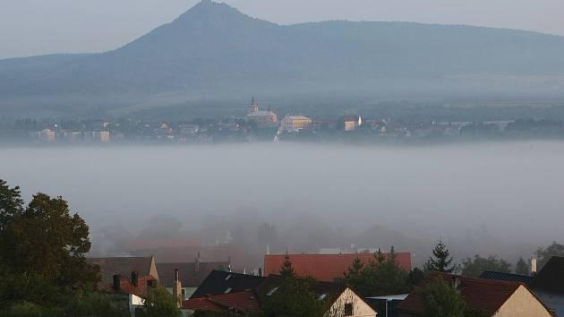 Mlhavá rána dorazila do Českého středohoří. Na snímku je pohled ke Košťálovu od Chodovlic, který zachytil fotoreportér Deníku Karel Pech.
