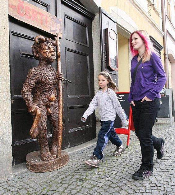 NAHÁČ NA ULICI. Úštěckého faráře socha stojící přímo na ulici pobouřila tak, že chtěl podat trestní oznámení na člověka, který sochy vystavil.