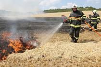 S ROZSÁHLÝM POŽÁREM museli na poli mezi litoměřickou nemocnici a Žitenicemi bojovat hasiči pěti jednotek požární ochrany. Náročný zásah navíc komplikoval vítr.