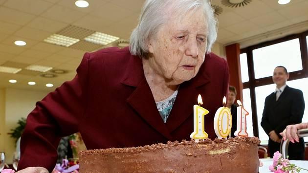 Vlasta Šumová při loňské oslavě 101. narozenin. Letos úctyhodné číslo ještě navýšila.