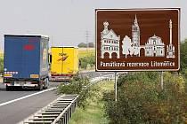 NEBUDE SAMA. Na dálnici D8 je v současné době umístěna poutací tabule upozorňující na Litoměřice. Přibližně za měsíc by jich mělo po celém okrese přibýt hned několik desítek. Zaplatí je kraj ze získané dotace z ROP Severozápad.