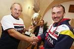 Nejlepším sportovcem měsíce Ústeckého kraje je závodní jezdec Lacko z roudnické stáje Buggyra Racing. Cenu za něj převzal šéfkonstruktér David Vršecký.