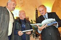 Knihy o městě Litoměřice, v němž oba muži dlouhé roky žijí, a děkovné listy dostali od starosty Miroslav Pospíšil (vlev) a Karel Mikan.