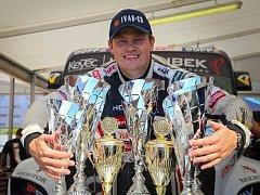 Adam Lacko v obležení trofejí, které vybojoval v italském Misanu.