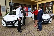 Domov pro seniory Na Pahorku v Litoměřicích dostal darem dva elektromobily.