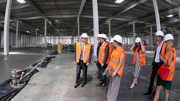Logistický park firmy P3 má první obří halu ve které se již dokončují podlahy a další hala se začíná stavět.